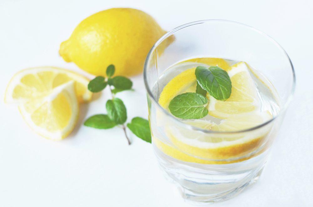 5 zalet z porannego nawyku picia wody z cytryną, których nie znasz