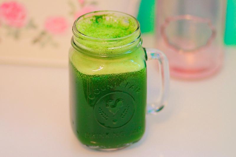 Zielone smoothie w hipsterskim słoiku