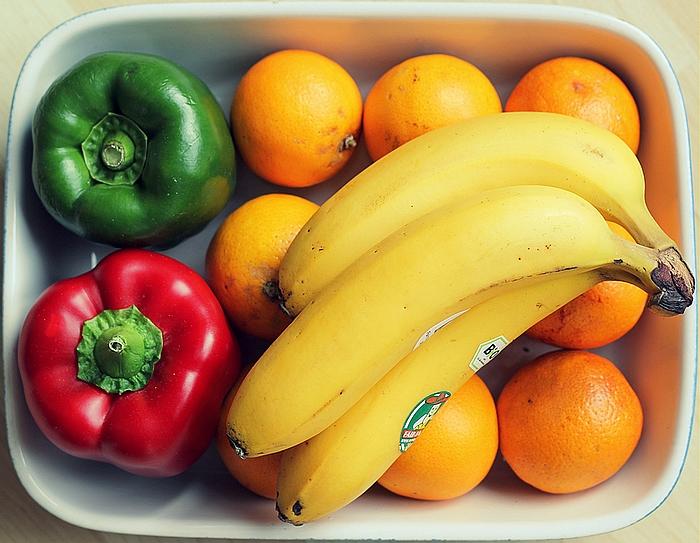 2 owoce pod ręką
