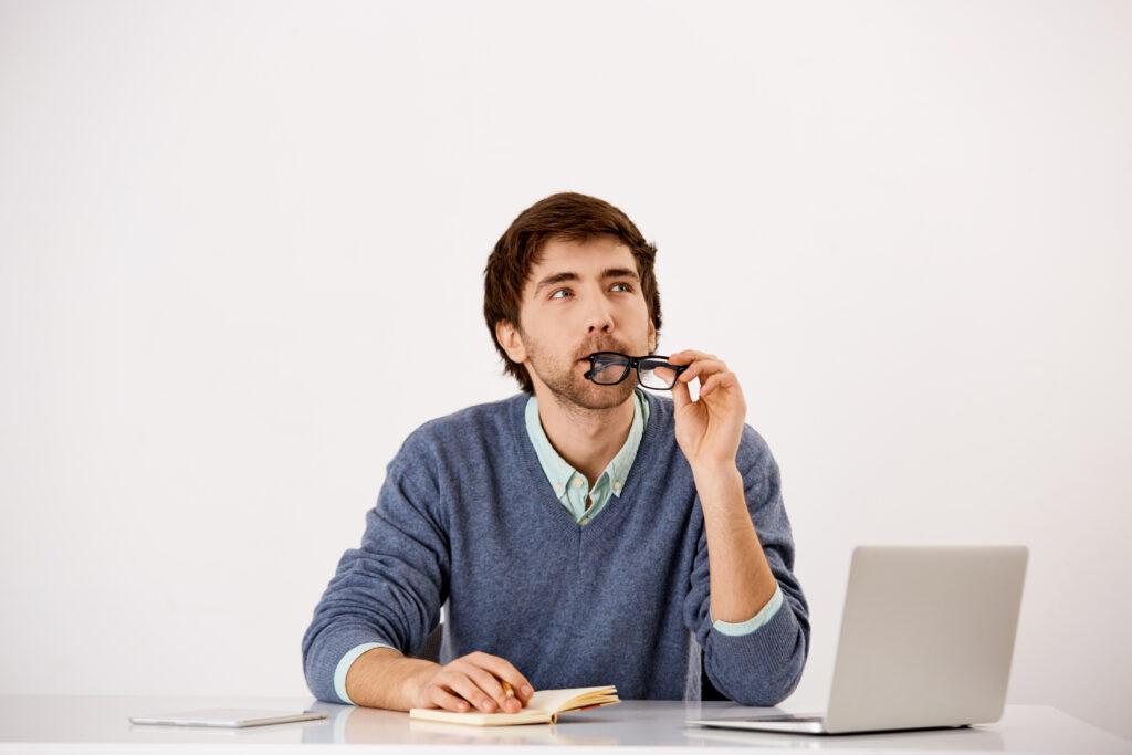 Mężczyzna zastanawiający się nad stwierdzeniami dotyczącymi słodzików